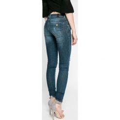 Guess Jeans - Jeansy. Niebieskie jeansy damskie marki Guess Jeans, z aplikacjami, z bawełny, z obniżonym stanem. W wyprzedaży za 449,90 zł.