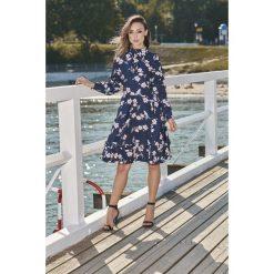 Wyjątkowa sukienka z efektownym wykończeniem granatowy w kwiatki VERA. Niebieskie długie sukienki marki Lemoniade, na jesień, w kwiaty, z materiału, ze stójką, z długim rękawem. Za 249,90 zł.