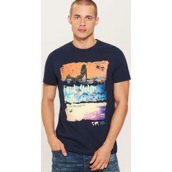 T-shirt z nadrukiem - Granatowy. Niebieskie t-shirty męskie z nadrukiem House, m. W wyprzedaży za 19,99 zł.