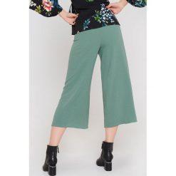 Rut&Circle Spodnie z rozcięciami Ofelia - Green. Zielone spodnie z wysokim stanem Rut&Circle, z haftami, z poliesteru. Za 161,95 zł.