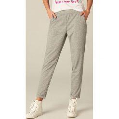 Spodnie dresowe damskie: Spodnie dresowe z podwiniętą nogawką – Jasny szar
