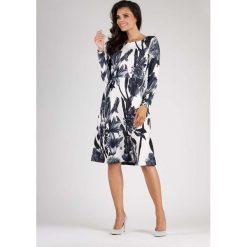 Elegancka Kwiatowa Sukienka do Kolana z Dekoracyjnym Marszczeniem. Białe sukienki balowe marki Molly.pl, do pracy, l, z dekoltem na plecach, midi, dopasowane. W wyprzedaży za 125,46 zł.
