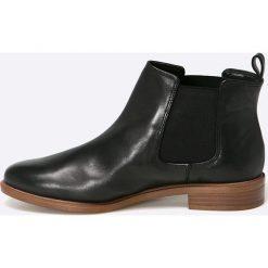 Clarks - Botki TaylorShine. Czarne buty zimowe damskie Clarks, z materiału, z okrągłym noskiem, na obcasie. W wyprzedaży za 239,90 zł.