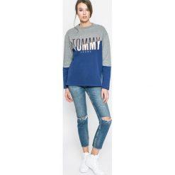 Tommy Jeans - Bluza. Szare bluzy z nadrukiem damskie marki Tommy Jeans, l, z bawełny, bez kaptura. W wyprzedaży za 219,90 zł.