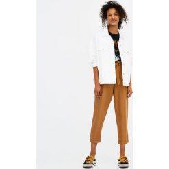 Kolorowa kurtka jeansowa. Białe bomberki damskie Pull&Bear, w kolorowe wzory, z denimu. Za 119,00 zł.