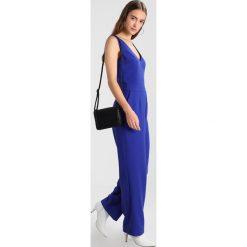 IVY & OAK V NECK Kombinezon dramatic blue. Niebieskie kombinezony damskie marki IVY & OAK, z elastanu. W wyprzedaży za 575,20 zł.