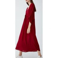 Sukienka midi z dekoltem w serek. Czerwone sukienki z falbanami Pull&Bear, z dekoltem w serek, midi. Za 96,90 zł.