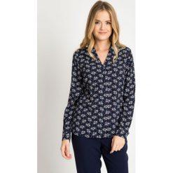 Bluzki damskie: Granatowa kopertowa bluzka w kwiaty QUIOSQUE