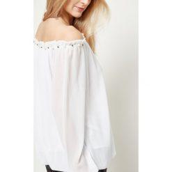 Bluzka z dekoltem carmen zdobiona perełkami biała. Białe bluzki longsleeves Yups, z poliesteru, z kołnierzem typu carmen. Za 49,99 zł.