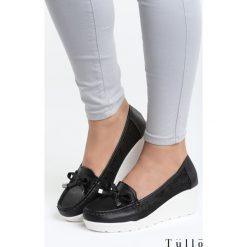 Czarne Koturny All Over Me. Czarne buty ślubne damskie marki Kazar, z materiału, na wysokim obcasie, na koturnie. Za 89,99 zł.