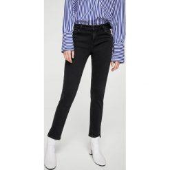 Mango - Jeansy Slim1. Czarne jeansy damskie marki Mango, z aplikacjami, z bawełny. W wyprzedaży za 69,90 zł.