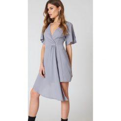 Boohoo Elegancka kopertowa sukienka - Grey. Czarne sukienki asymetryczne marki Boohoo, l, z poliesteru. W wyprzedaży za 42,59 zł.
