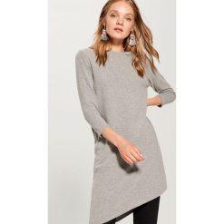 Sweter z asymetrycznym dołem - Jasny szar. Szare swetry klasyczne damskie marki Mohito, l, z asymetrycznym kołnierzem. W wyprzedaży za 59,99 zł.