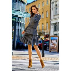 KLARA Casualowa sukienka z podwójną falbanką grafit. Szare długie sukienki Lemoniade, do pracy, na zimę, z gumy, biznesowe, z falbankami, z długim rękawem. Za 169,00 zł.