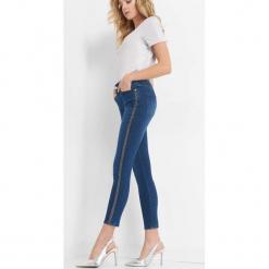 Jeansy z brokatowymi lampasami. Niebieskie jeansy damskie skinny marki Orsay, z bawełny. Za 99,99 zł.