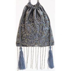 Torebka typu worek ozdobiona koralikami - Szary. Szare torebki worki marki Reserved. W wyprzedaży za 29,99 zł.