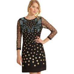 Sukienka w kolorze czarnym. Czarne sukienki marki Almatrichi, w kropki, z okrągłym kołnierzem, midi, proste. W wyprzedaży za 199,95 zł.