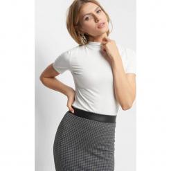 Koszulka z półgolfem. Czarne bluzki z golfem marki Orsay, xs, z dzianiny, eleganckie, z krótkim rękawem. Za 29,99 zł.