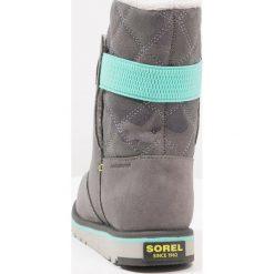 Sorel RYLEE CAMO Śniegowce quarry/dolphin. Szare buty zimowe chłopięce Sorel, z materiału. Za 359,00 zł.