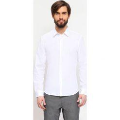KOSZULA DŁUGI RĘKAW MĘSKA. Białe koszule męskie marki bonprix, z klasycznym kołnierzykiem. Za 34,99 zł.