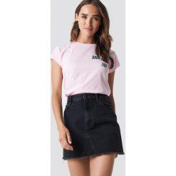 NA-KD Trend T-shirt z surowym wykończeniem Good Try - Pink. Białe t-shirty damskie marki NA-KD Trend, z nadrukiem, z jersey, z okrągłym kołnierzem. Za 72,95 zł.