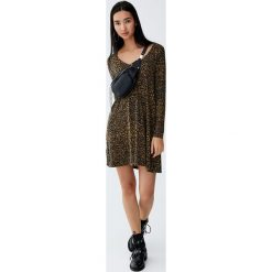 Sukienka z krepy z długimi rękawami i guzikami. Zielone sukienki z falbanami marki Reserved, z wiskozy. Za 59,90 zł.