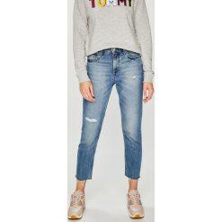 Tommy Jeans - Jeansy Izzy. Niebieskie boyfriendy damskie Tommy Jeans, z bawełny, z podwyższonym stanem. Za 499,90 zł.