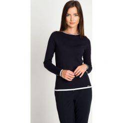 Granatowy sweter z kontrastową lamówką QUIOSQUE. Niebieskie swetry klasyczne damskie marki QUIOSQUE, uniwersalny, z dzianiny, z kontrastowym kołnierzykiem. W wyprzedaży za 69,99 zł.