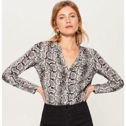 Koszula w wężowy wzór - Wielobarwn. Czerwone koszule damskie marki Mohito, z bawełny. Za 99,99 zł.