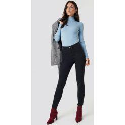 Spodnie damskie: Dilara x NA-KD Jeansy Basic Skinny - Black