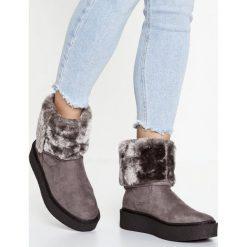 Buffalo Kozaki na platformie grey. Czarne buty zimowe damskie marki Kazar, z futra, przed kolano, na wysokim obcasie, na koturnie. W wyprzedaży za 254,25 zł.