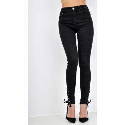 Boyfriendy damskie: Czarne jeansy high waist z wiązaniem na nogawkach