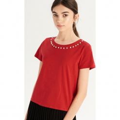 T-shirt z perłową aplikacją - Czerwony. Czerwone t-shirty damskie Sinsay, l, z aplikacjami. Za 24,99 zł.