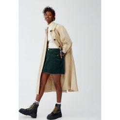 Sztruksowa minispódniczka z postrzępionym dołem. Szare spódniczki Pull&Bear, ze sztruksu. Za 69,90 zł.