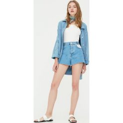 Spodenki jeansowe z kieszeniami w paski. Niebieskie szorty jeansowe damskie marki Pull&Bear, w paski. Za 89,90 zł.
