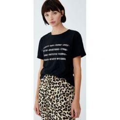 Koszulka z napisem i wywiniętymi rękawami. Czarne t-shirty damskie Pull&Bear, z napisami. Za 24,90 zł.