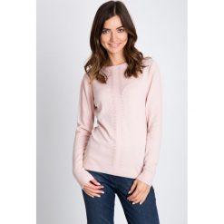 Apaszki damskie: Pudrowy sweter z ozdobnym panelem QUIOSQUE