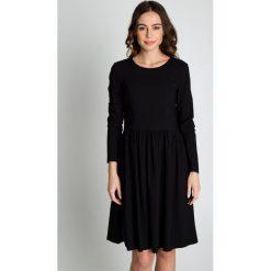 Czarna rozkloszowana sukienka z długim rękawem BIALCON. Czarne sukienki balowe BIALCON, do pracy, z satyny, z długim rękawem, rozkloszowane. Za 279,00 zł.