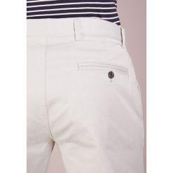 Chinosy męskie: Club Monaco CONNOR Spodnie materiałowe khaki