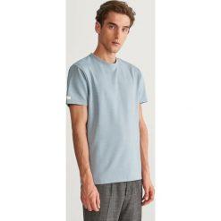 Prążkowany t-shirt - Niebieski. Niebieskie t-shirty męskie Reserved, l, prążkowane. Za 49,99 zł.