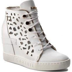 Sneakersy CARINII - B4027 G34-J16-000-B88. Białe sneakersy damskie Carinii, z materiału. W wyprzedaży za 299,00 zł.