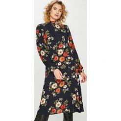 Answear - Sukienka. Czarne sukienki na komunię ANSWEAR, na co dzień, l, z poliesteru, casualowe, midi, dopasowane. Za 149,90 zł.