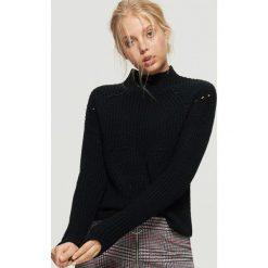 Sweter o drobnym splocie - Czarny. Czarne swetry klasyczne damskie marki Cropp, l, ze splotem. Za 59,99 zł.