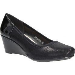 Czarne czółenka na koturnie Sergio Leone PB235-01T. Czarne buty ślubne damskie marki Sergio Leone. Za 88,99 zł.