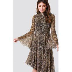 NA-KD Boho Siateczkowa sukienka z rozszerzanym rękawem - Brown,Multicolor. Niebieskie długie sukienki marki NA-KD Boho, na imprezę, w koronkowe wzory, z koronki, boho, na ramiączkach. W wyprzedaży za 170,07 zł.
