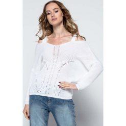 Swetry damskie: Biały Lekki Nietoperzowy Sweter ze Zmysłowym Dekoltem