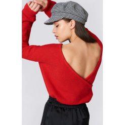 Swetry klasyczne damskie: NA-KD Dzianinowy sweter z kopertowym tyłem – Red