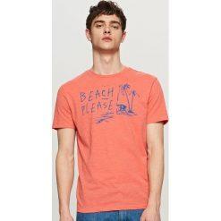 T-shirty męskie z nadrukiem: T-shirt z wakacyjnym nadrukiem – Pomarańczo