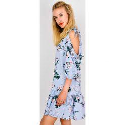 Sukienki: Sukienka w kwiaty z wyciętymi ramionami