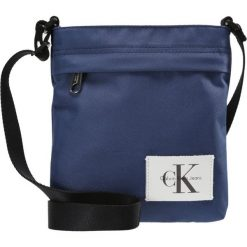 Calvin Klein Jeans SPORT ESSENTIAL MICRO FLATPACK Torba na ramię blue. Niebieskie torby na ramię męskie Calvin Klein Jeans, z jeansu. Za 249,00 zł.